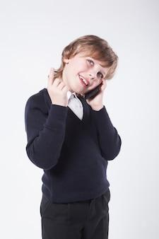 電話とsmiで話している青いセーターの青年実業家