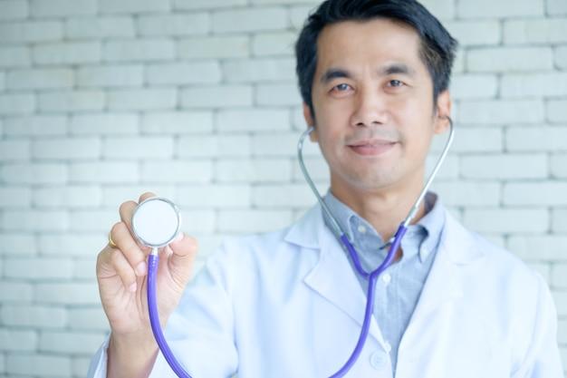 Улыбка доктор человек рука фиолетовый стетоскоп для хорошего здоровья проверки.