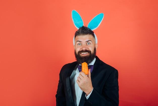 スマイルイースター。幸せなイースターと面白いイースターの日。イースターを祝うバニーの耳を持つバニーウサギの男。