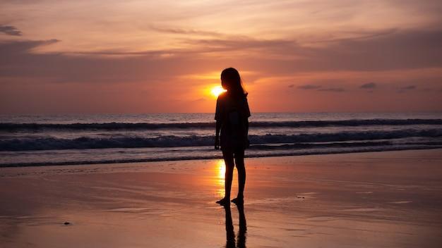 해변에서 미소 자유와 행복 실루엣 여자 여름 여행 휴가 개념 태국 푸 켓에서 일몰 또는 일출 해변에 서 있는 여행자 아시아 십 대 소녀.