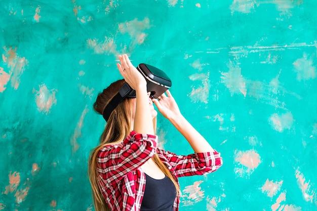 웃는 행복한 여성은 집에서 가상 현실의 vr 헤드셋 안경을 사용하여 많은 손짓을 하는 경험을 하고 있습니다.
