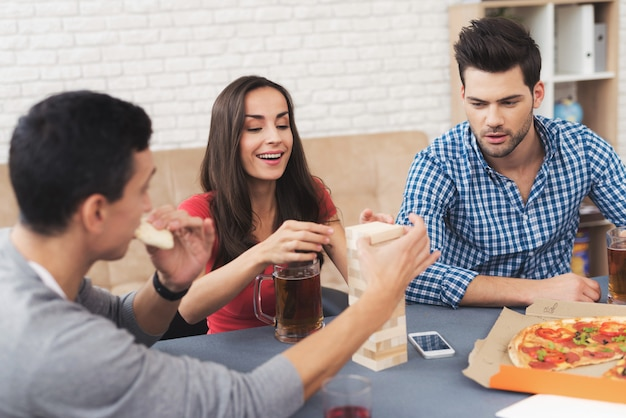 笑顔の人がジェンガと呼ばれるテーブルゲームをプレイします。
