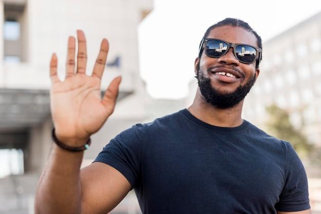 手を振っているスマイリーアフリカ系アメリカ人