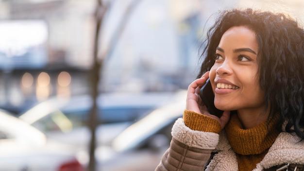 웃는 아프리카 계 미국인 여자 복사 공간으로 전화 통화