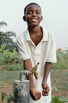 手を洗うスマイリーアフリカの子供