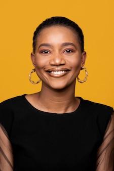 Смайлик африканская женщина с золотыми серьгами