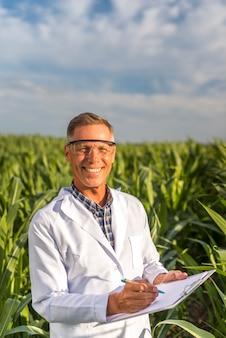 カメラを見て笑顔の農学者