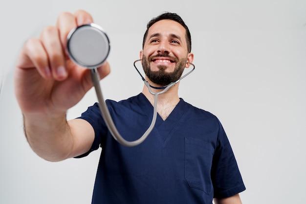聴診器を持つスマイリー アラビアの医師外科医プロのアラブ メデシン。