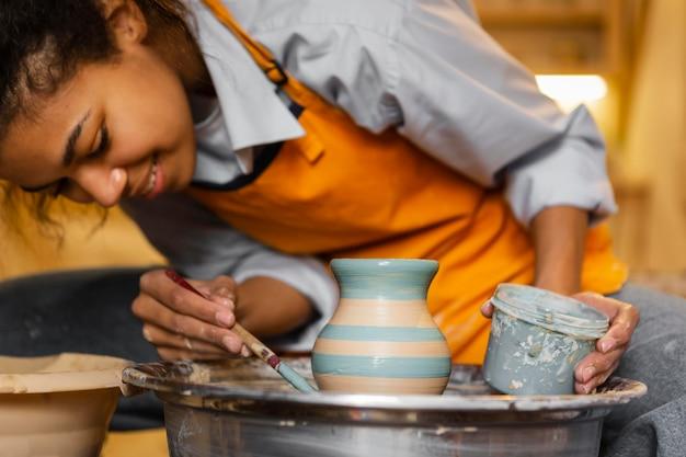 土鍋を描くスマイリーアーティスト