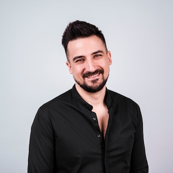 Faccina uomo barbuto in camicia nera