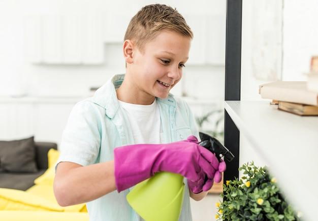 Smiley boy полив растений