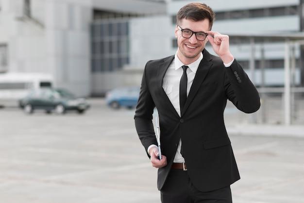 Faccina uomo d'affari con gli occhiali