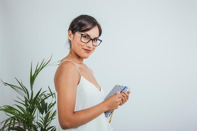 Смайлик бизнесмен с ее дневник в офисе