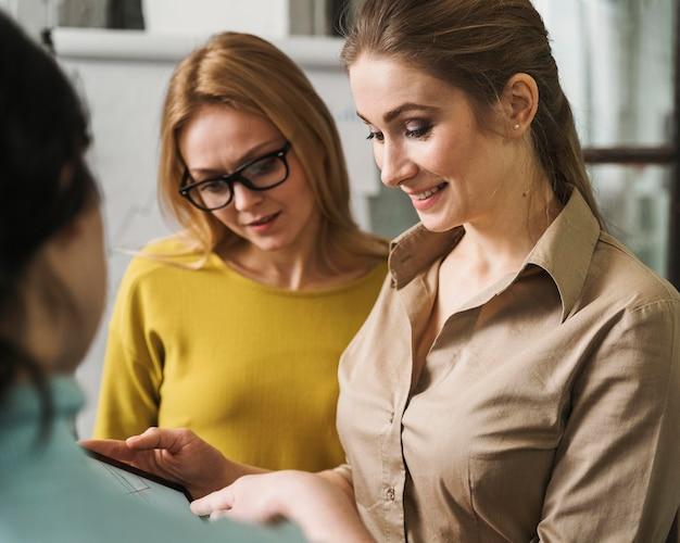 Donne di affari di smiley durante una riunione