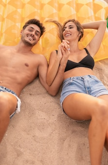 楽しいビーチでスマイリーカップル