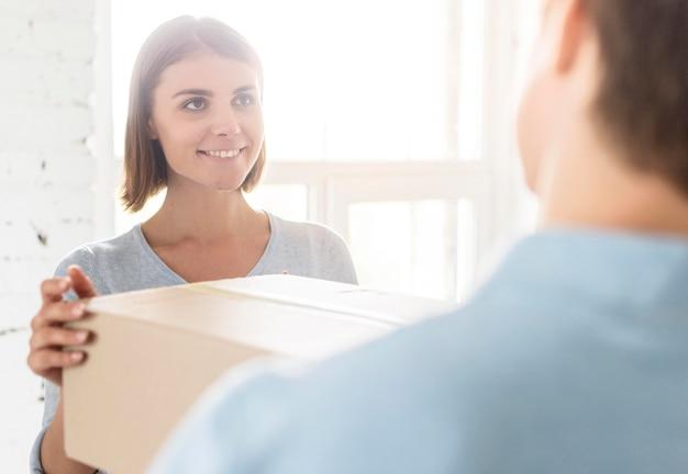 Coppia di smiley a casa preparando scatole per uscire