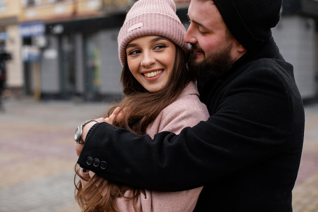 抱き締めるスマイリーカップル