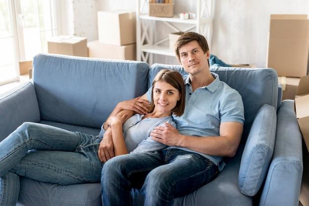 Смайлик пара на диване, собирая вещи, чтобы съехать