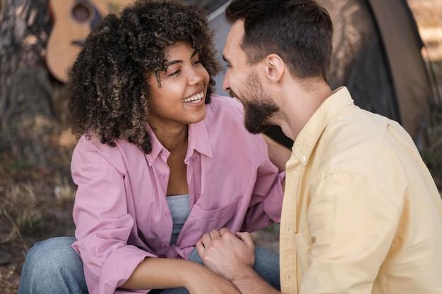 Coppie di smiley all'aperto che diventano romantiche