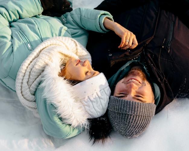 冬に屋外で一緒にスマイリーカップル