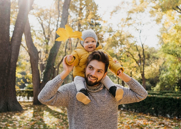 Смайлик папа с ребенком на улице на природе