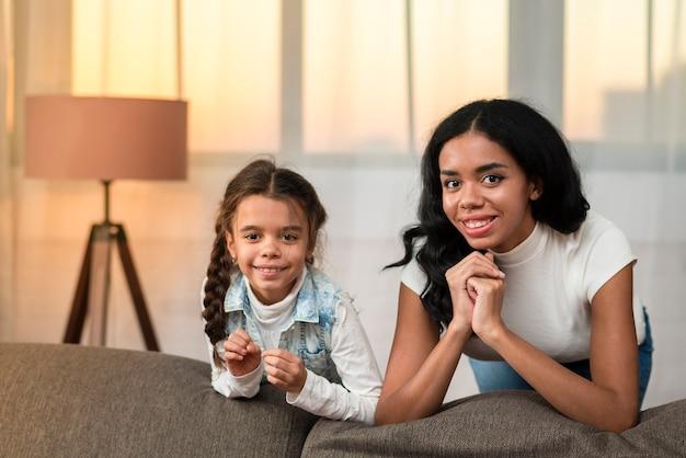 Смайлик дочь и мама проводят время вместе