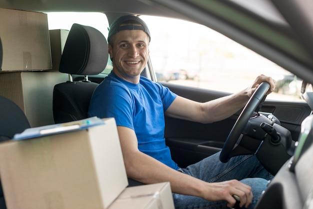 Ragazzo di consegna di smiley alla guida