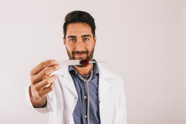 주사기를 들고 웃는 의사