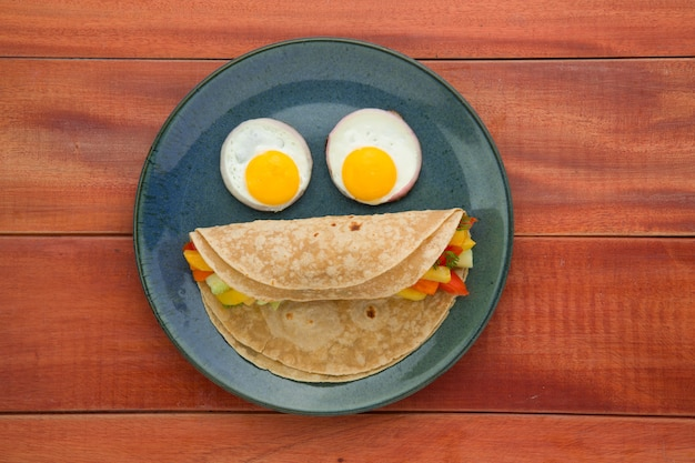 Smiley face food item chapati здоровая еда из пшеничной муки с начинкой из овощей