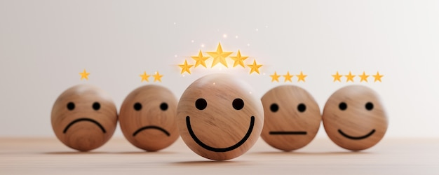 3d 렌더에 의한 고객 평가의 우수한 평가를 위해 테이블에 황금 5개의 별이 있는 나무 구에 웃는 얼굴 인쇄 화면.