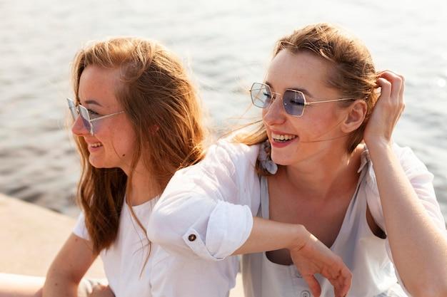 Подруги-смайлики веселятся у озера