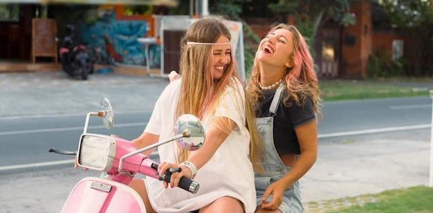 Смайлик подруги на скутере на открытом воздухе