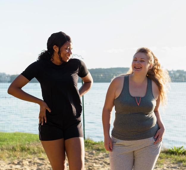 運動した後に一緒にポーズをとるスマイリーの女性の友人