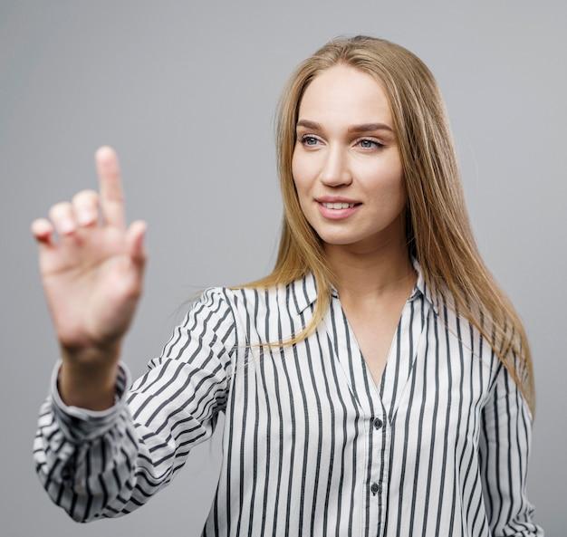 Scienziato femminile di smiley che riproduce i movimenti di realtà virtuale