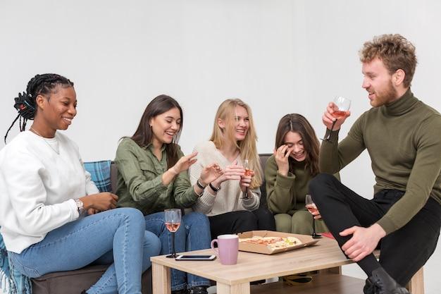 Улыбающиеся друзья едят обед вместе