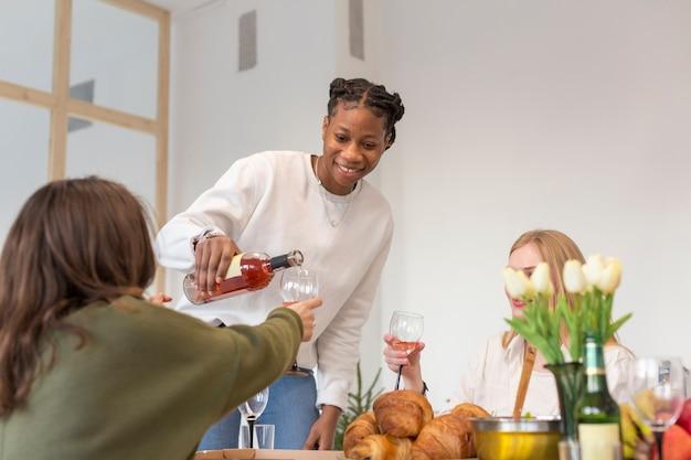 Улыбающиеся друзья за бокалом вина