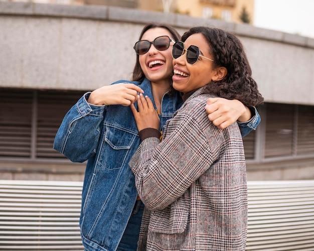 Улыбающиеся друзья веселятся вместе на открытом воздухе