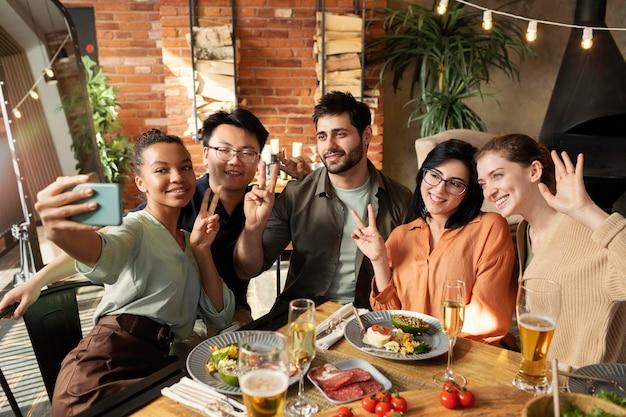 Улыбающиеся друзья, делающие селфи средний снимок Бесплатные Фотографии