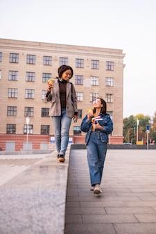 Смайлик друзья с книгами и кофе на открытом воздухе