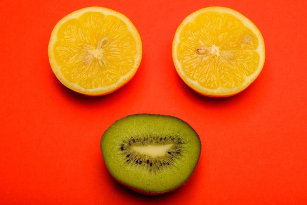 Смайлик из киви и лимона