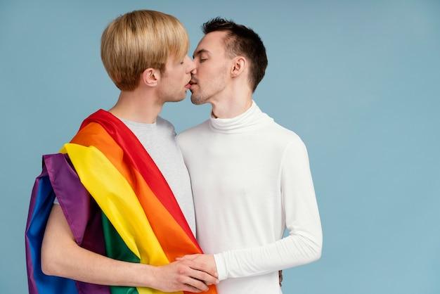 Lgbtのシンボルとスマイリー同性愛者のカップル