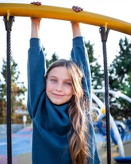 Смайлик девушка весело на детской площадке в одиночестве