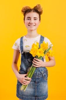Faccina che tiene i fiori