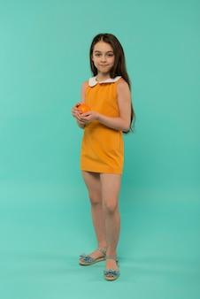 여름 설정 스튜디오에서 웃는 소녀