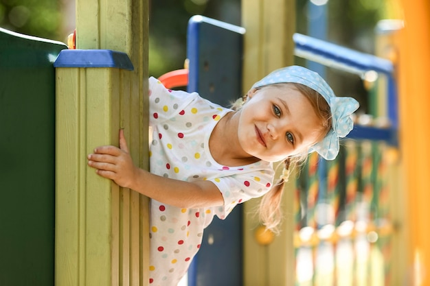 Ragazza sorridente nel parco