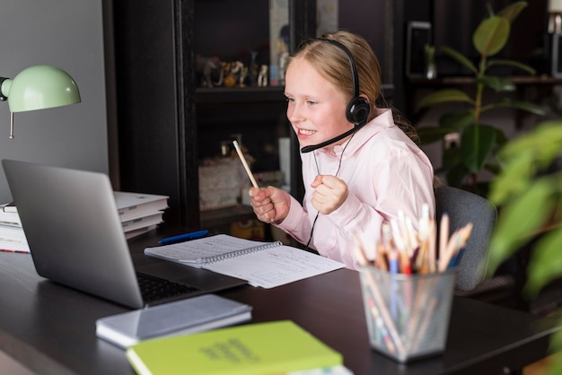 Улыбающаяся девушка, обращающая внимание на онлайн-класс
