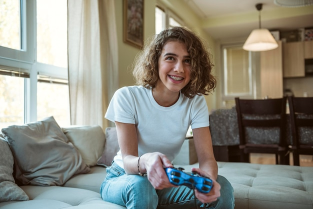Смайлик девушка играет в видеоигру