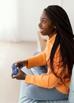 ビデオゲームをしているスマイリーの女の子