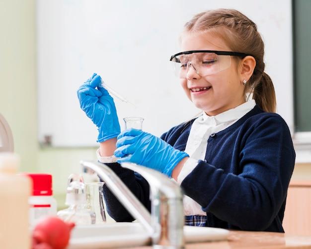 化学を勉強しているスマイリーの女の子