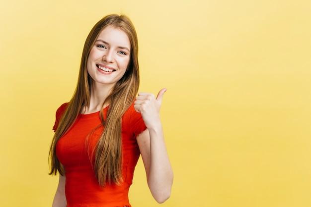 Улыбающаяся девушка с желтым фоном
